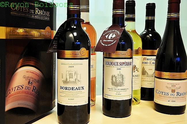 Tous les vins AOC du groupe Carrefour (hypers, supers, proximité) sont désormais ombrellisés « La Cave d'Augustin Florent » sur un bandeau doré ou argenté pour les rosés.